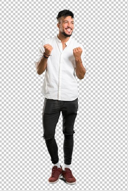 Arabische jongeman met wit overhemd een overwinning vieren Premium Psd