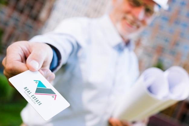 Arquitecto entregando una maqueta de tarjeta de visita PSD gratuito