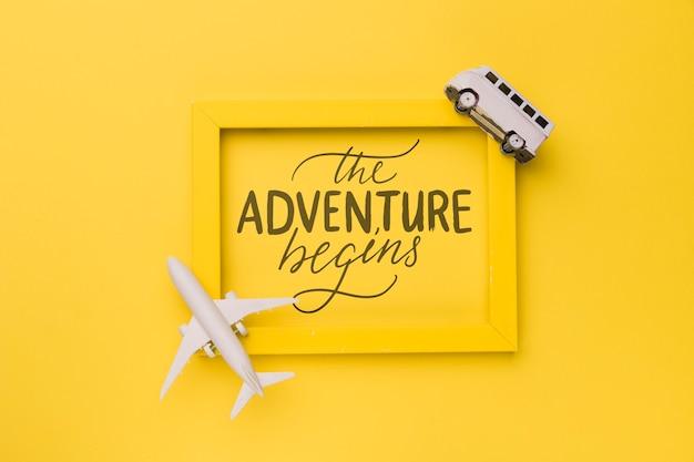 La aventura comienza, frase motivadora en marco amarillo con avión y furgoneta PSD gratuito