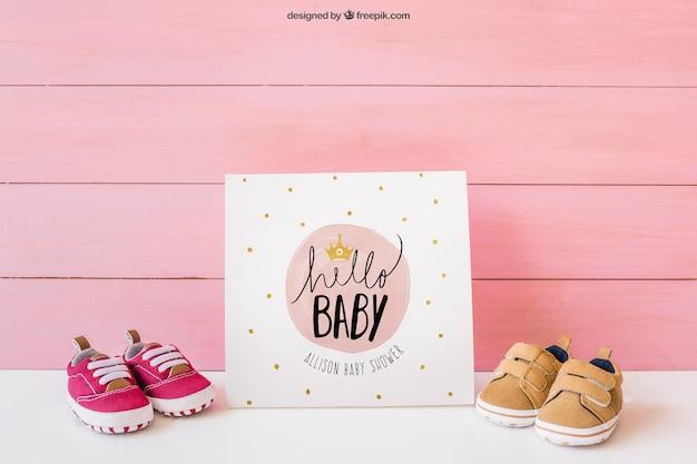 Baby mockup met papier en schoenen Gratis Psd