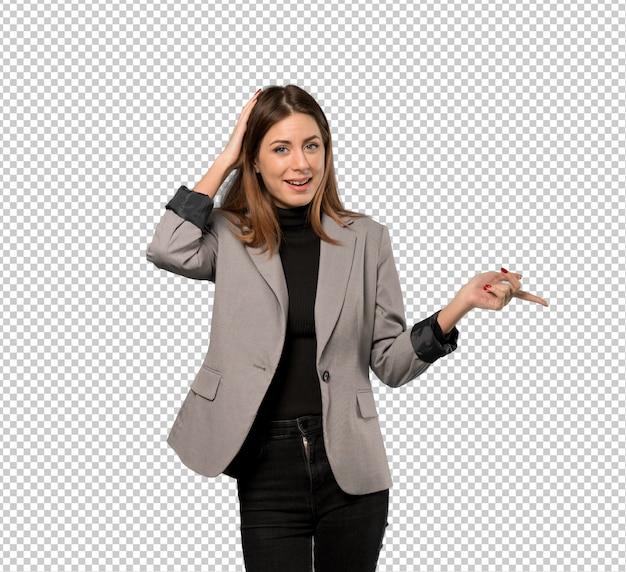 Bedrijfs verraste vrouw en het richten van vinger aan de kant Premium Psd