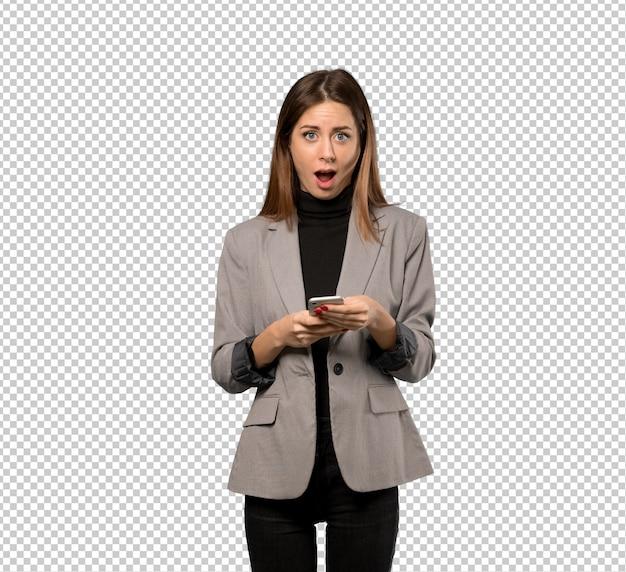 Bedrijfs verraste vrouw en het verzenden van een bericht Premium Psd
