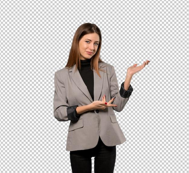 Bedrijfsvrouw die handen uitbreiden aan de kant voor het uitnodigen om te komen Premium Psd