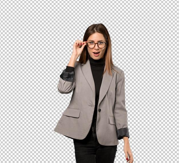 Bedrijfsvrouw met glazen en verrast Premium Psd