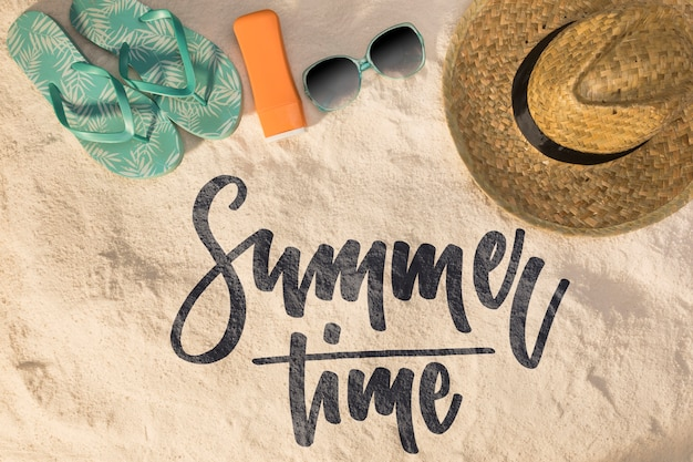 Belettering zomer achtergrond met strand elementen Gratis Psd