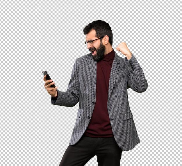 Bell'uomo con gli occhiali con il telefono in posizione di vittoria Psd Premium