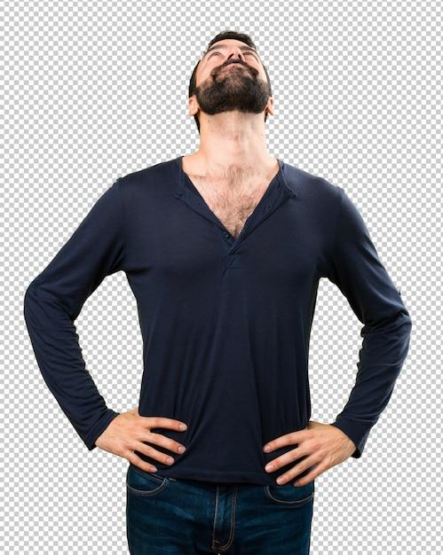 Bell'uomo con la barba alzando lo sguardo Psd Premium