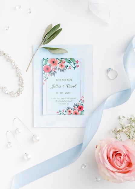 Bella disposizione degli elementi di nozze con invito mock-up Psd Gratuite
