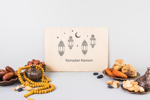 Bella natura morta con elementi di ramadan e modello di scheda Psd Gratuite