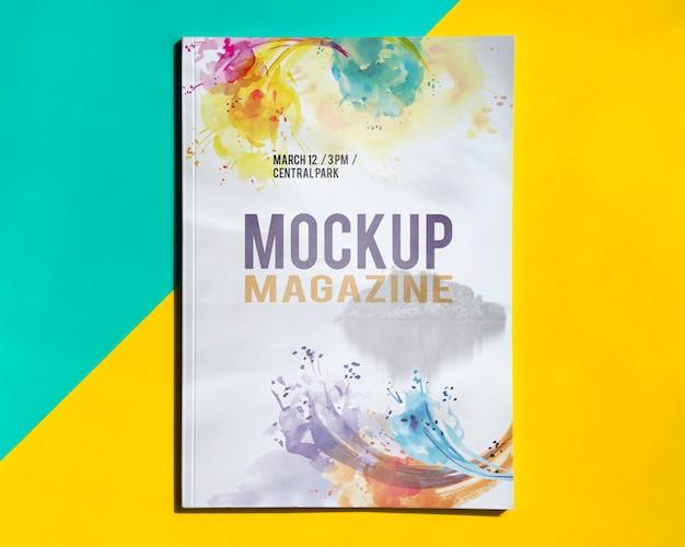 Bespot tijdschrift op een eenvoudige achtergrond Gratis Psd