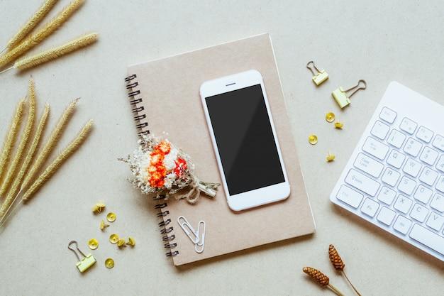Bespotten van lege scherm mobiele telefoon op kantoor aan huis bureau Premium Psd