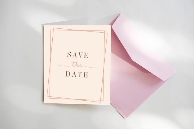 Bewaar de datumkaart met roze envelop Premium Psd
