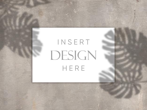 Bewerkbare mock up design met lege kaart op concrete textuur met schaduw overlay achtergrond Gratis Psd
