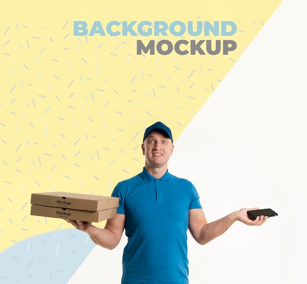 Bezorger met enkele pizzadozen mock-up met achtergrondmodel Gratis Psd
