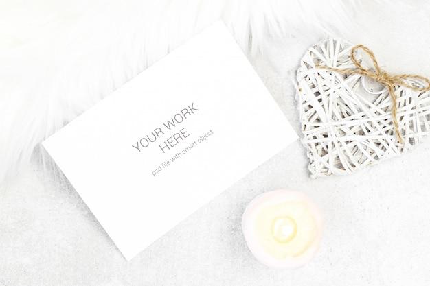 Biglietto di auguri mockup con candela e cuore Psd Premium