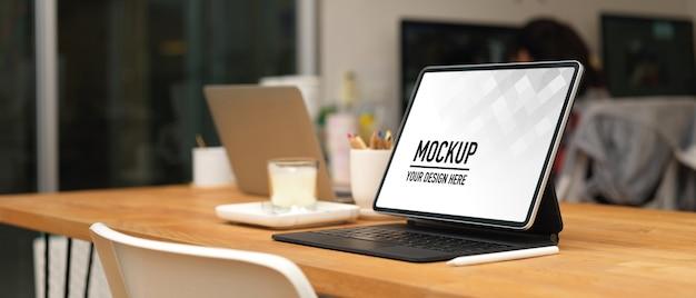 Bijgesneden schot van vergadertafel met tablet mockup en kantoorbenodigdheden in kantoorruimte Premium Psd