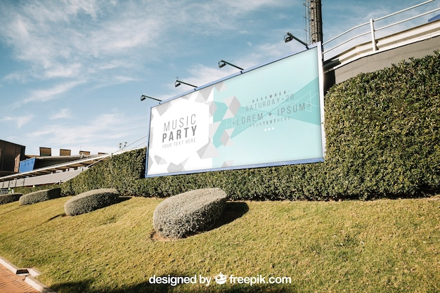 Billboard mockup in groene stedelijke omgeving Gratis Psd