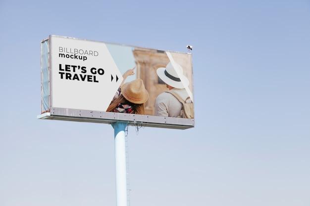 Billboard mockup op blauwe hemelachtergrond Gratis Psd