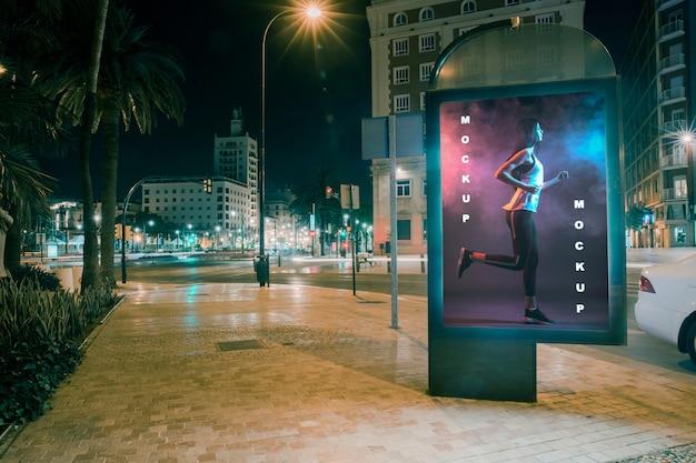 Billboard mockup 's nachts Gratis Psd