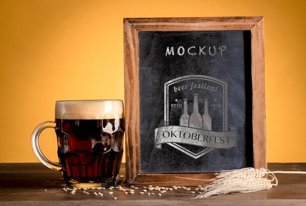 Birra nera dell'oktoberfest con cornice mock-up Psd Gratuite