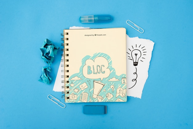 Blocca il testo sul blocco note con scarabocchi su sfondo blu Psd Gratuite
