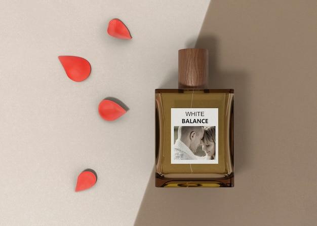 Bloemblaadjes naast parfumfles Gratis Psd