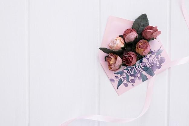 Bloemen bruiloft uitnodiging envelop mockup aquarel Gratis Psd