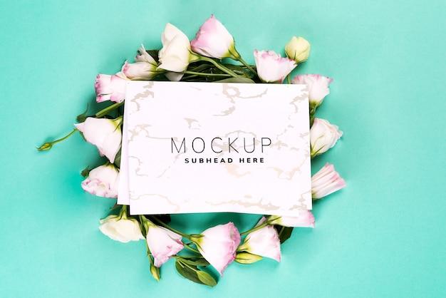 Bloemen samenstelling. krans gemaakt van roze bloemen eustoma met papier op blauw. Premium Psd