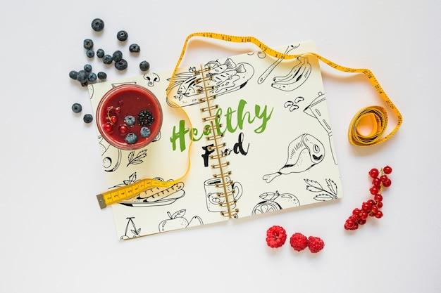 Boekmodel met gezond voedselconcept Gratis Psd