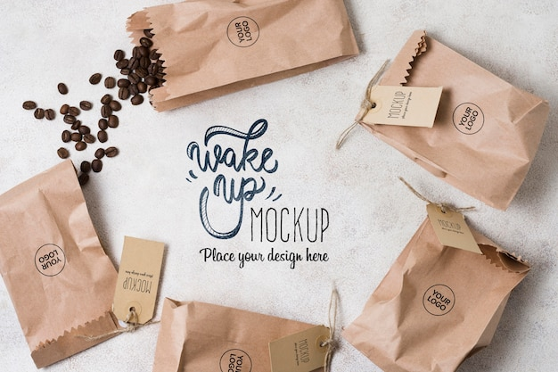 Bolsas de papel llenas de maqueta de granos de café PSD Premium