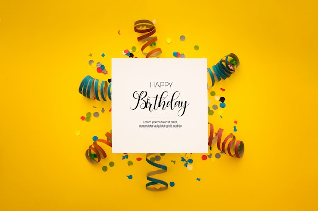 Bonita composición de cumpleaños con confeti en amarillo PSD gratuito