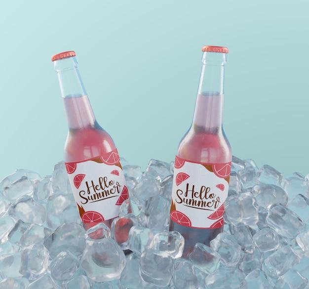 Botellas de refrescos de frutas con cubitos de hielo. PSD gratuito