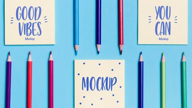 Bovenaanzicht assortiment kleurrijke potloden en notities Gratis Psd