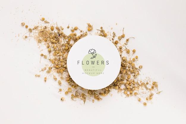 Bovenaanzicht bloemen mock-up concept Gratis Psd