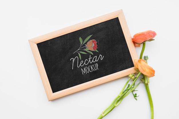 Bovenaanzicht bloemen op blackboard Gratis Psd