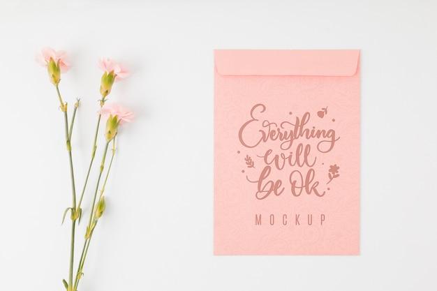Bovenaanzicht bloemenmodel alles komt goed Gratis Psd