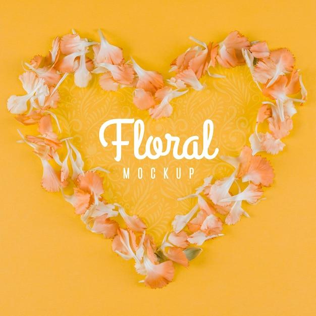 Bovenaanzicht bloemenmodel met hartvormig Gratis Psd