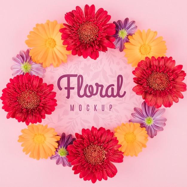 Bovenaanzicht bloemenmodel met krans van bloemen Gratis Psd
