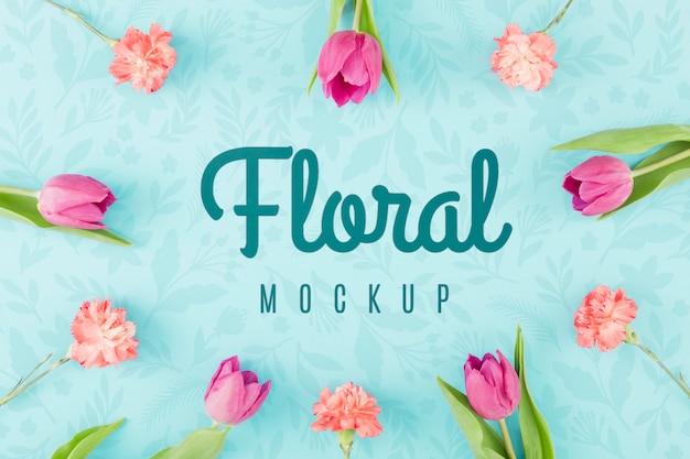 Bovenaanzicht bloemenmodel met tulpen Gratis Psd