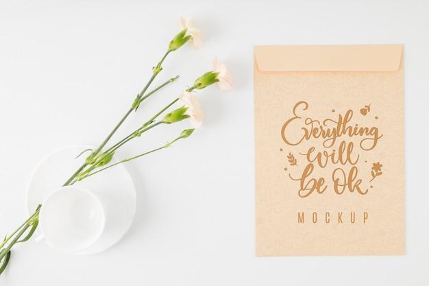 Bovenaanzicht bloemenmodel positief citaat Gratis Psd
