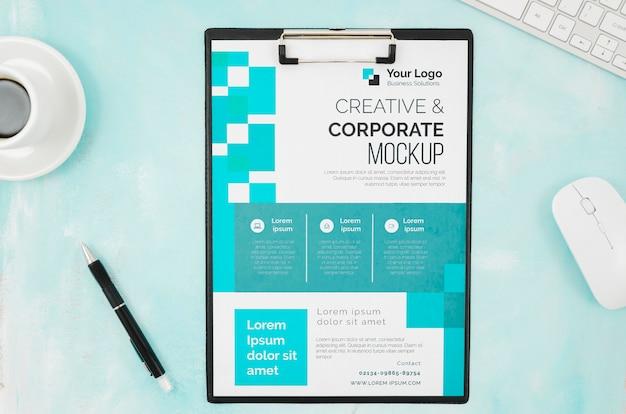 Bovenaanzicht briefpapier mock-up met muis en toetsenbord Gratis Psd