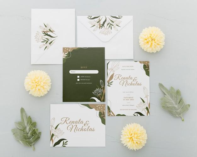 Bovenaanzicht bruiloft uitnodiging met bloemen Gratis Psd