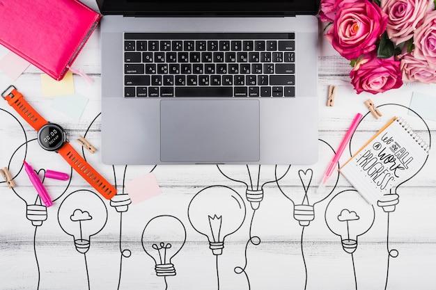 Bovenaanzicht bureau concept met laptop Gratis Psd