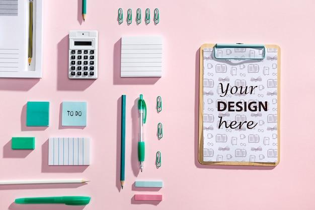 Bovenaanzicht bureau concept met mock-up klembord Gratis Psd