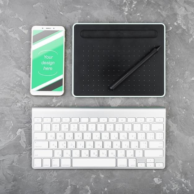 Bovenaanzicht bureau concept met smartphone Gratis Psd