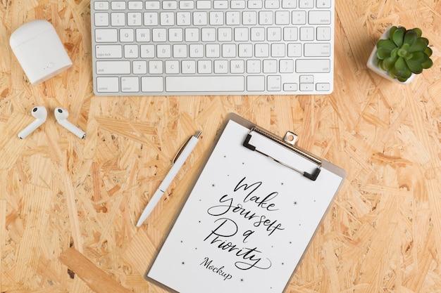Bovenaanzicht bureau concept met toetsenbord Gratis Psd