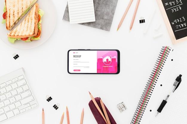 Bovenaanzicht bureau met sandwich en telefoon mock-up Gratis Psd