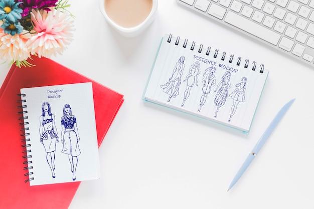 Bovenaanzicht bureau met tekening en koffie Gratis Psd