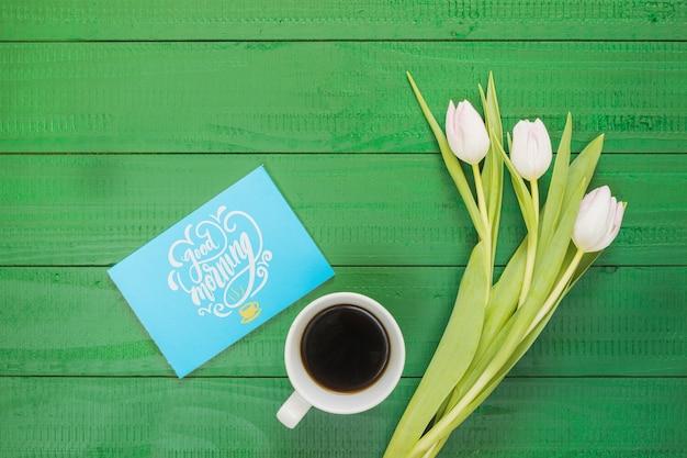 Bovenaanzicht collectie koffiekopje naast bloemen Gratis Psd
