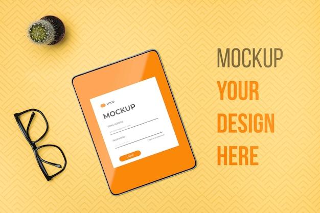 Bovenaanzicht digitale tablet en leesbril mock-up Gratis Psd